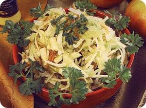 Салат из капусты, яблок и редьки
